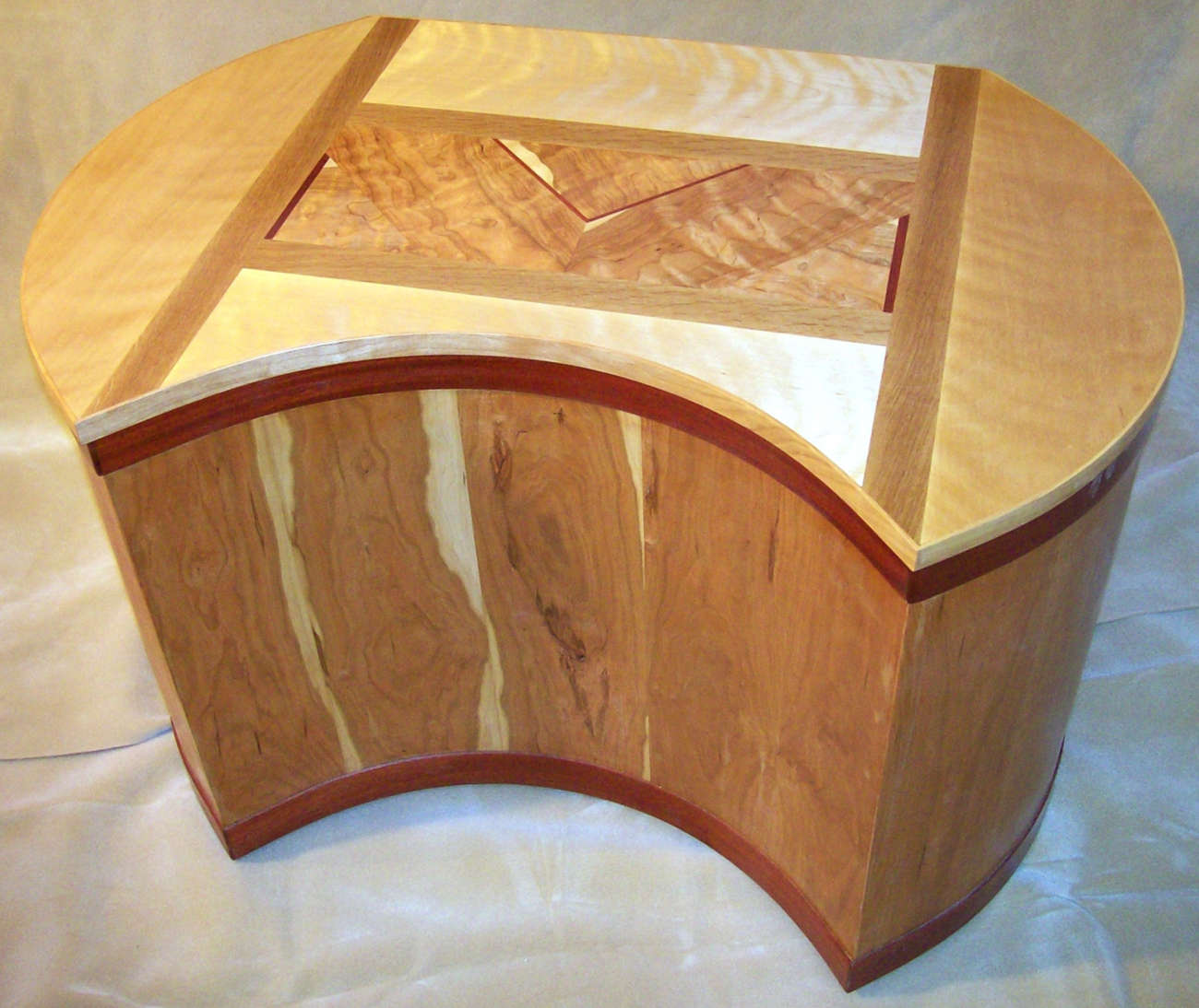 Hope chest with cherry veneers and solid wood inlay top